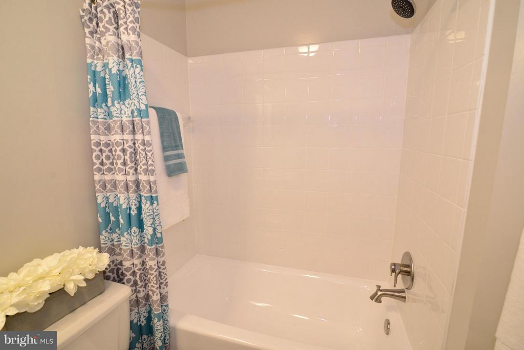 Guest Bath, refinished bathtub - 43996 KINGS ARMS SQ, ASHBURN