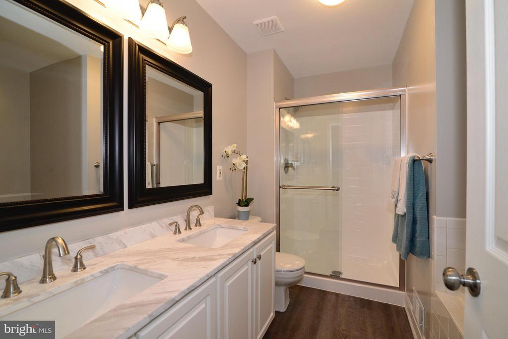 Gorgeous Master Bathroom w/ new shower door - 43996 KINGS ARMS SQ, ASHBURN