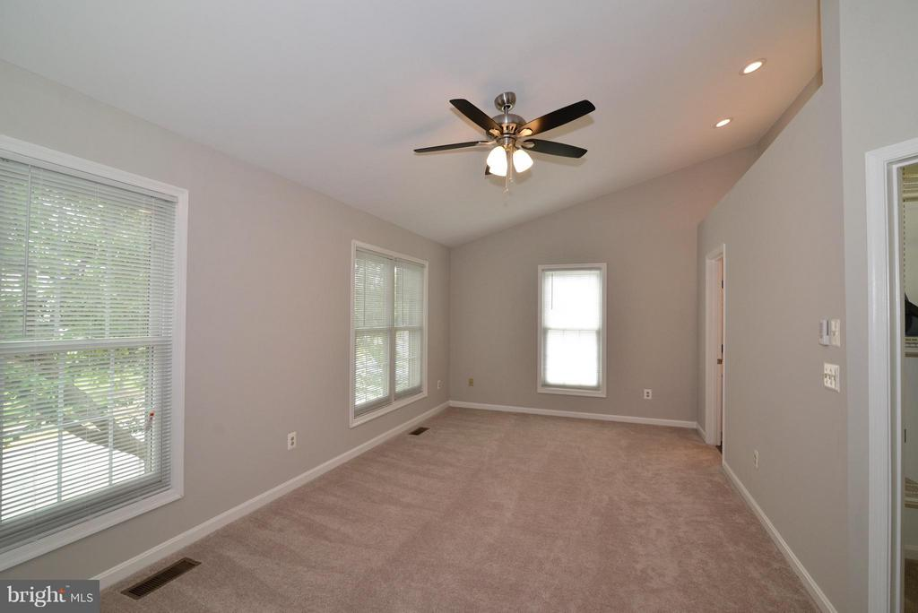 New Lighting and carpet - 43996 KINGS ARMS SQ, ASHBURN