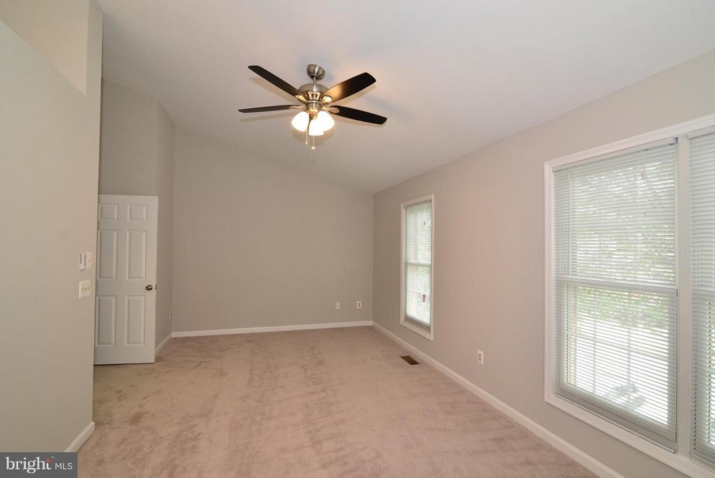 Tons of Light! - 43996 KINGS ARMS SQ, ASHBURN