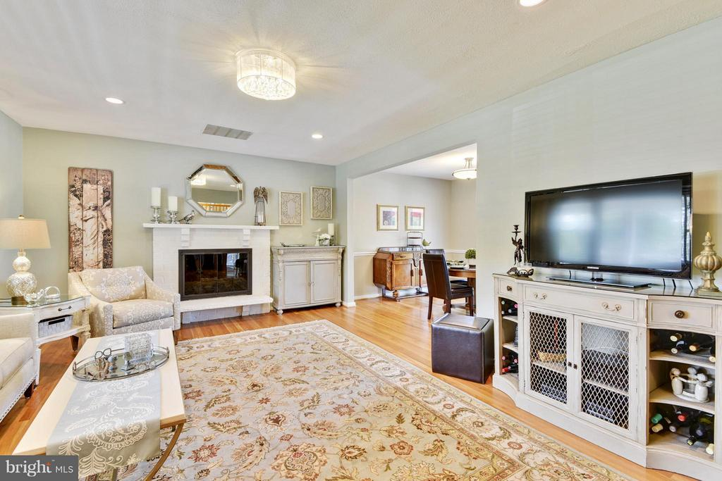 Living Room with gas fireplace - 5802 FLAXTON PL, ALEXANDRIA