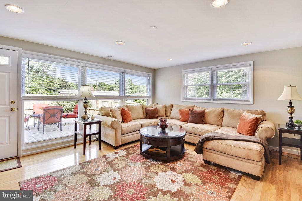 Light filled family room walks out on grade - 5802 FLAXTON PL, ALEXANDRIA