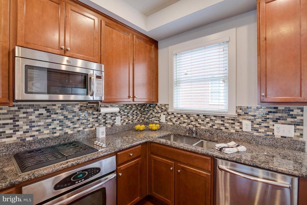 All stainless appliances and sharp backsplash - 3102 CHANCELLORS WAY NE, WASHINGTON