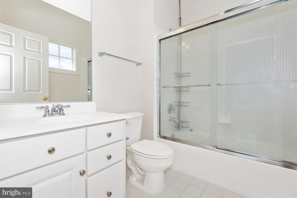 Adjoining bath in every bedroom - 4002 CARRIAGE HILL DR, FREDERICK