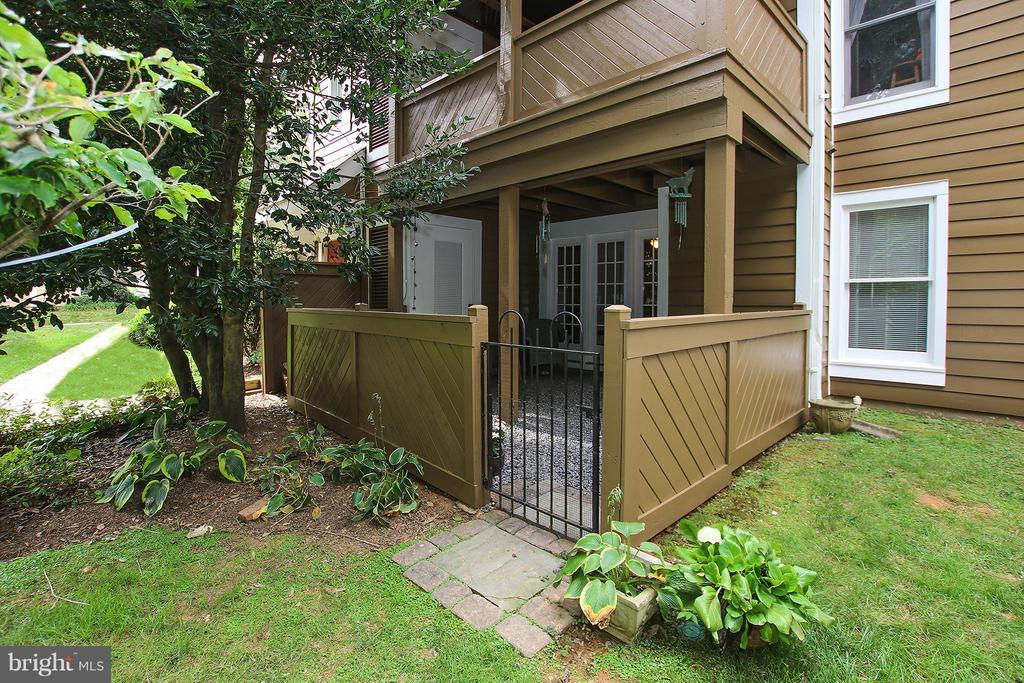 Charming courtyard with gate to exterior - 1435 CHURCH HILL PL #1435, RESTON