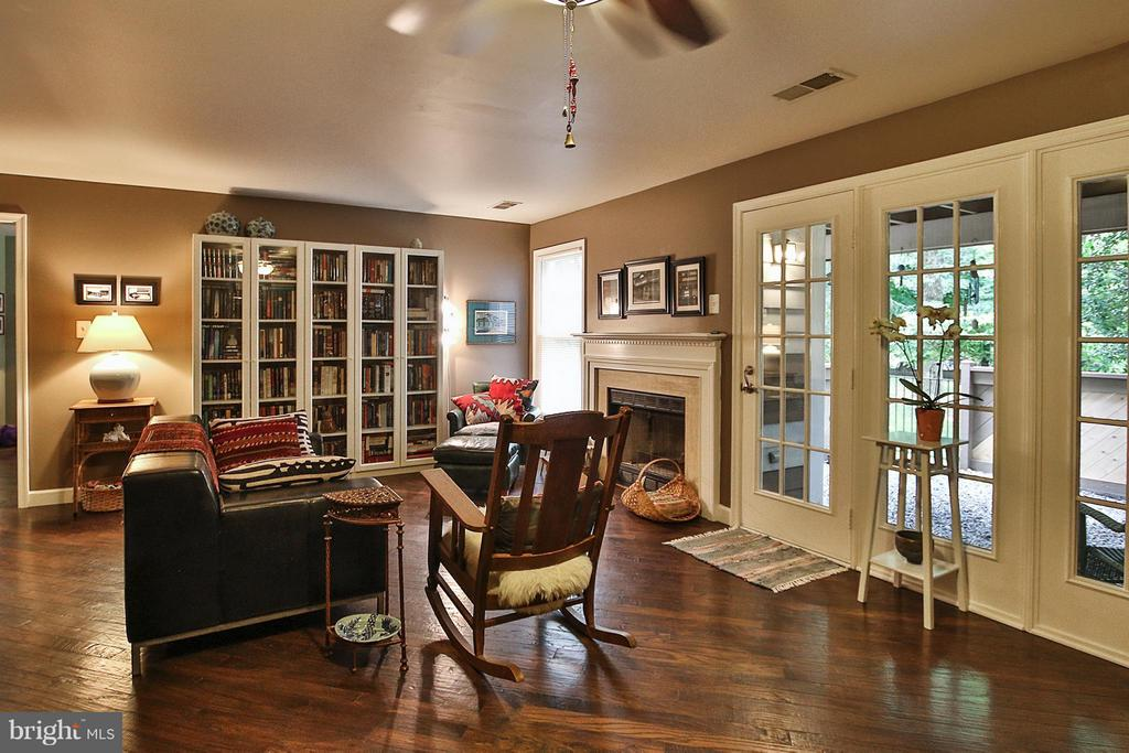 Large open space with walk out to fenced patio - 1435 CHURCH HILL PL #1435, RESTON