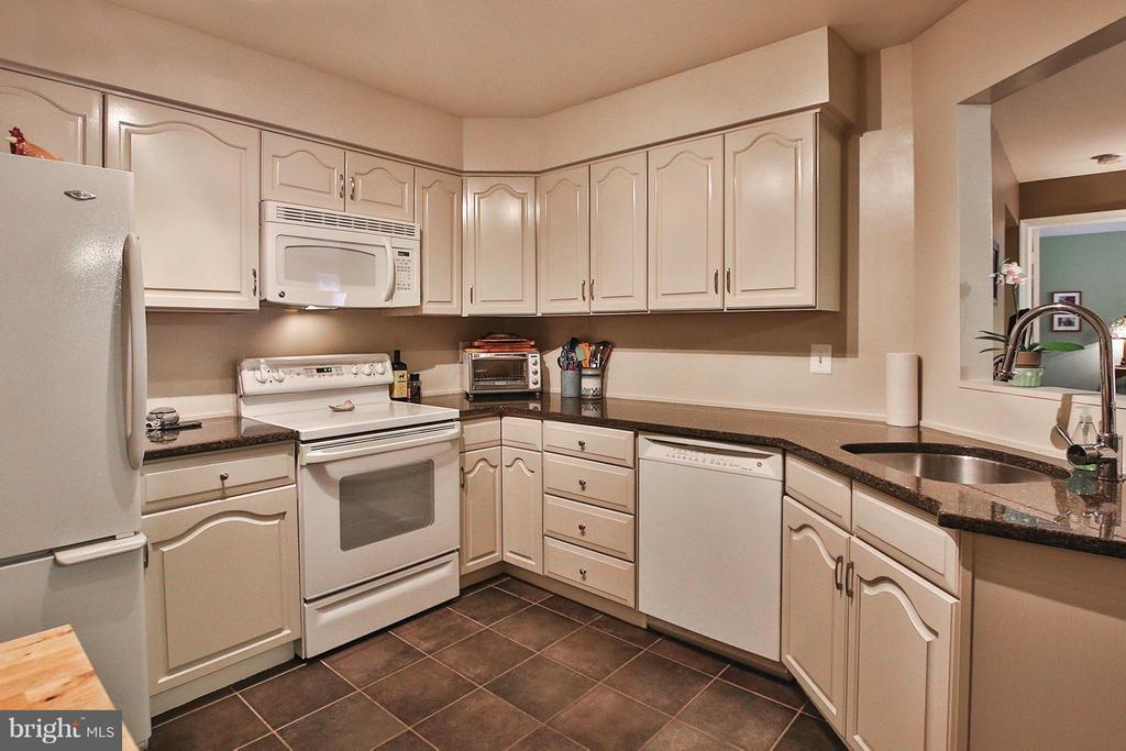 Updated kitchen boasts granite countertops - 1435 CHURCH HILL PL #1435, RESTON