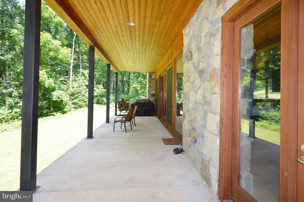 Expansive Front Porch - 19252 MOUNTAIN SPRING LN, LEESBURG