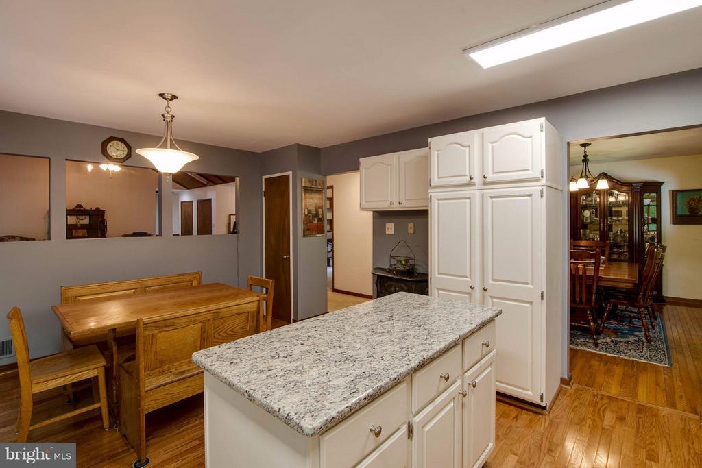 Kitchen - 8116 KING ARTHURS CT, MANASSAS
