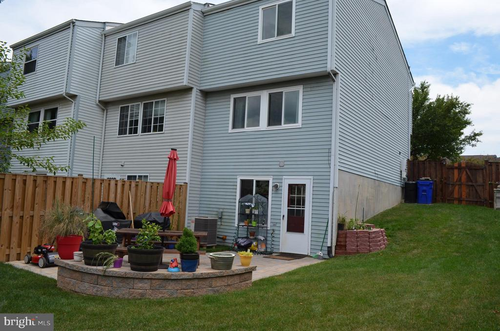 Fabulous, fully fenced large corner lot with patio - 212 DEERVALLEY DR, FREDERICK