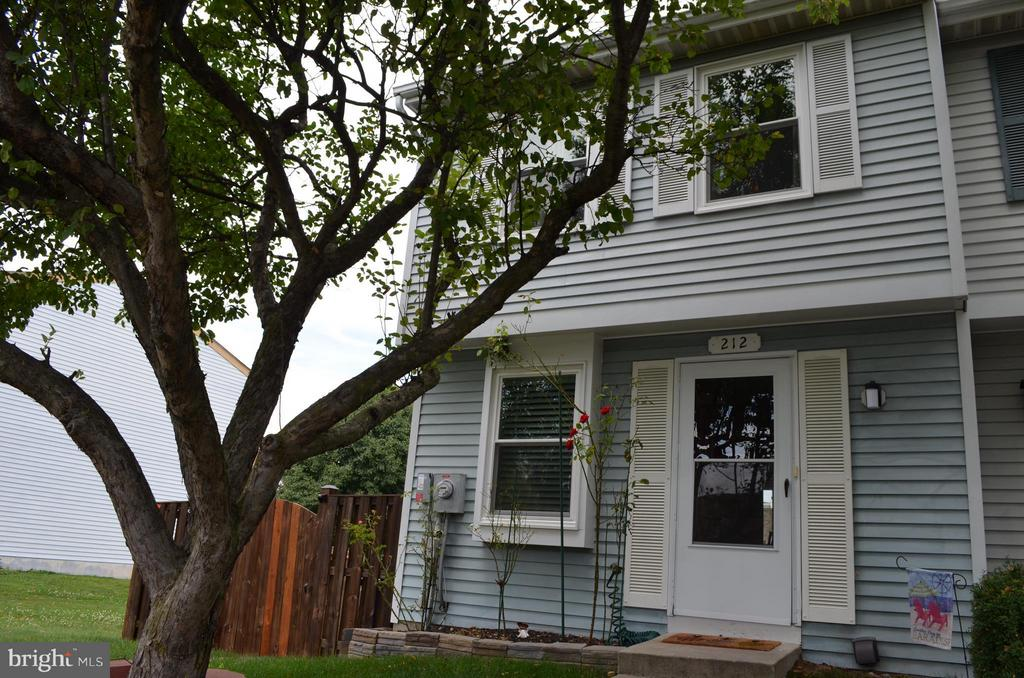 End unit townhome w fenced yard and patio - 212 DEERVALLEY DR, FREDERICK