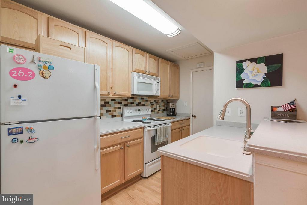 Plenty of cabinet space - 3912 PENDERVIEW DR #537, FAIRFAX