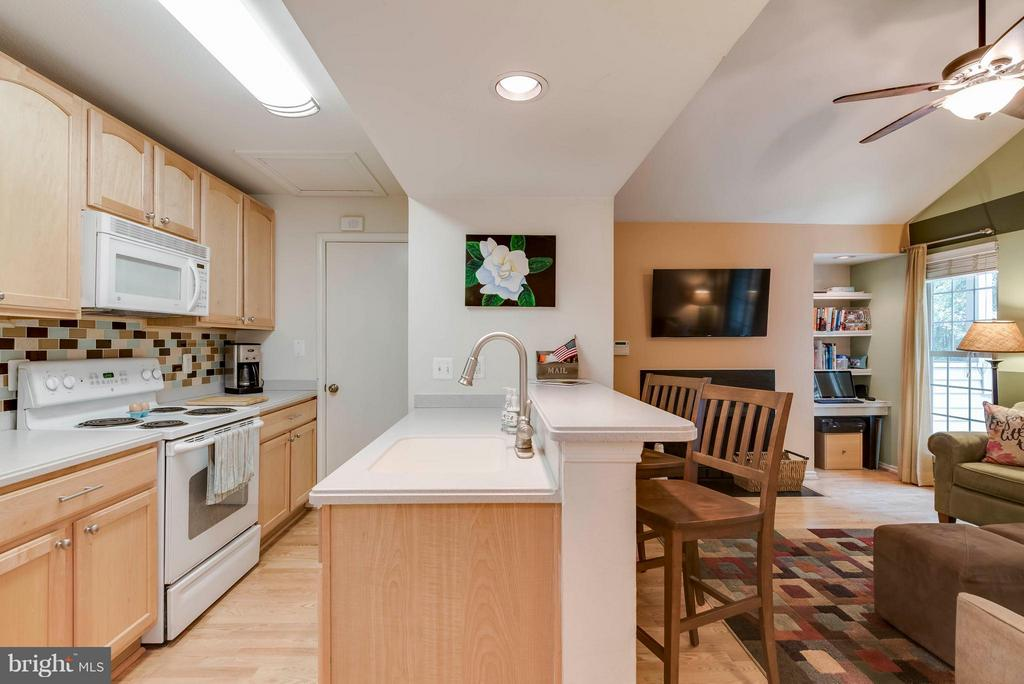 Plenty of counter space - 3912 PENDERVIEW DR #537, FAIRFAX
