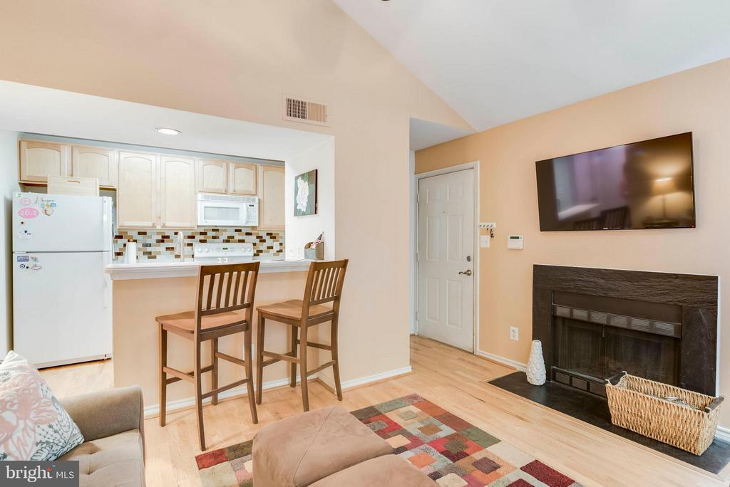 So much light! - 3912 PENDERVIEW DR #537, FAIRFAX