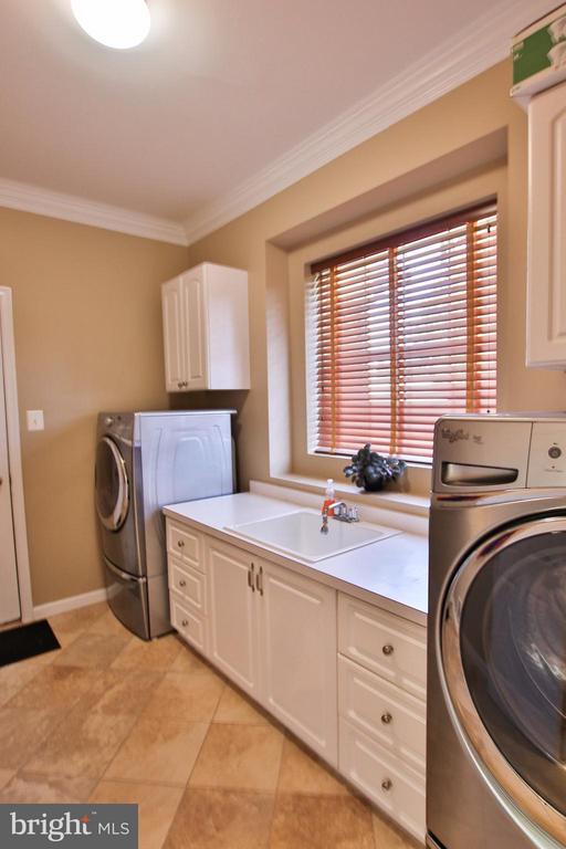 Convenient mudroom/laundry room - 42867 AUTUMN HARVEST CT, BROADLANDS