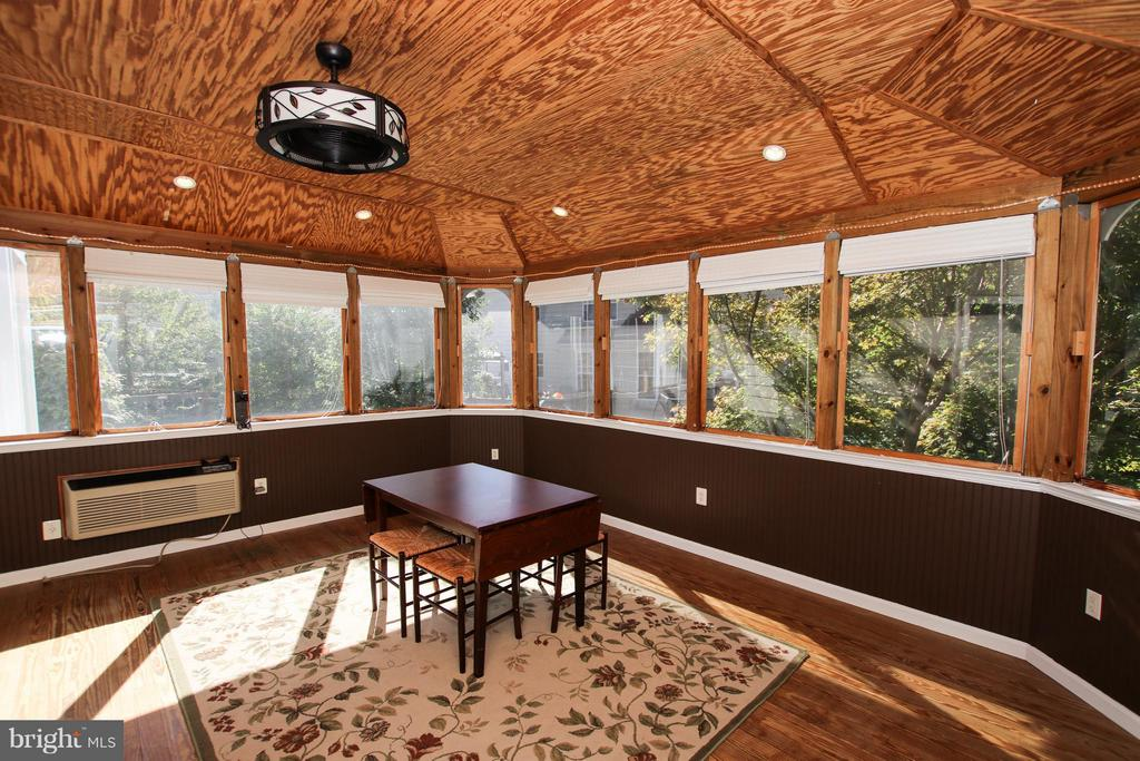 You'll love this awesome 4 seasons room - 42867 AUTUMN HARVEST CT, BROADLANDS