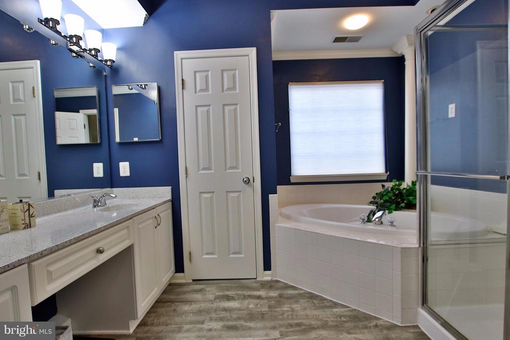 Luxurious ensuite master bath with soaking tub - 42867 AUTUMN HARVEST CT, BROADLANDS