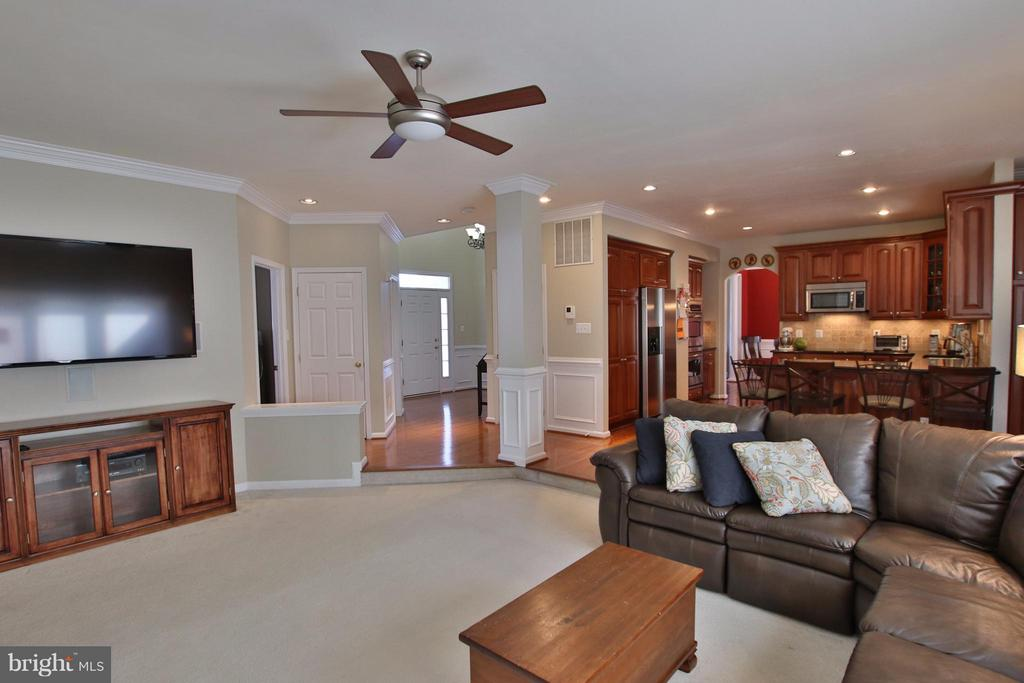 Great flow for everyday living & entertaining. - 42867 AUTUMN HARVEST CT, BROADLANDS