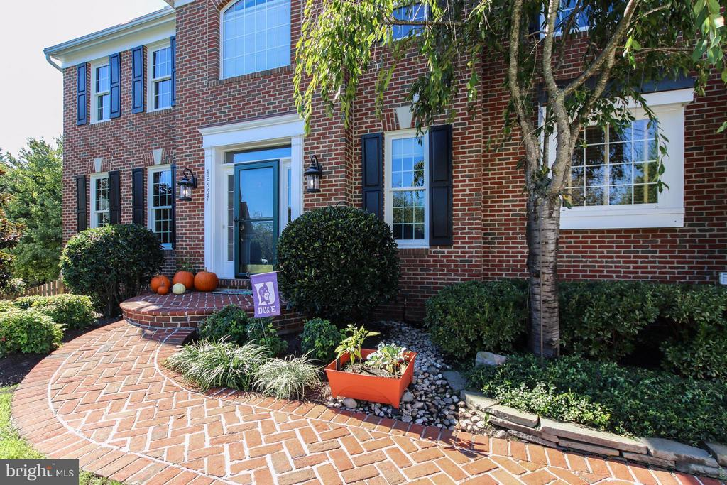 Lovely landscaping & brick walkway. - 42867 AUTUMN HARVEST CT, BROADLANDS