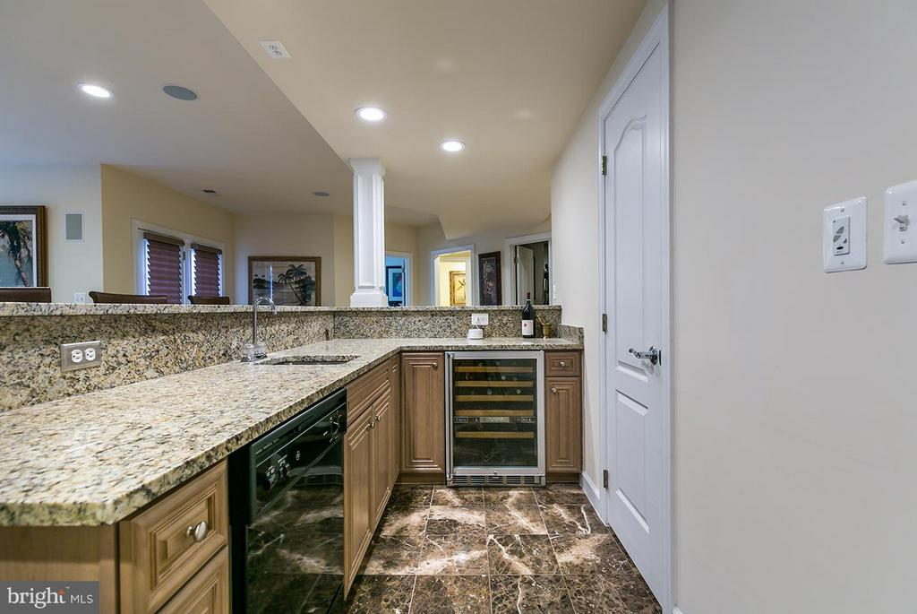 Wet bar with pantry. - 43288 OVERVIEW PL, LEESBURG