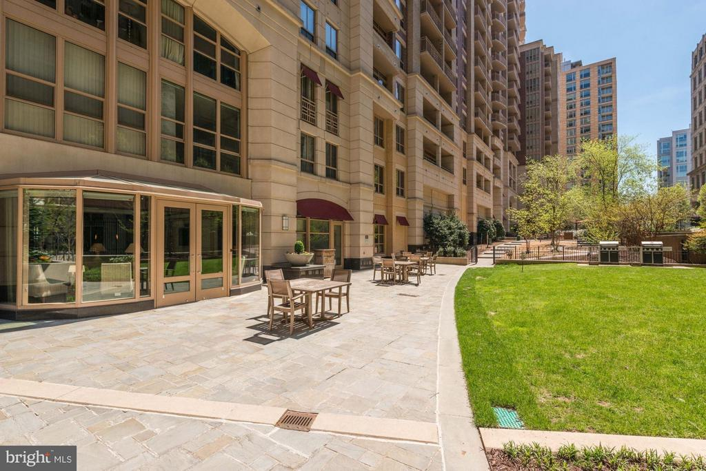 Picnic and Grilling Area - 888 QUINCY ST #1212, ARLINGTON