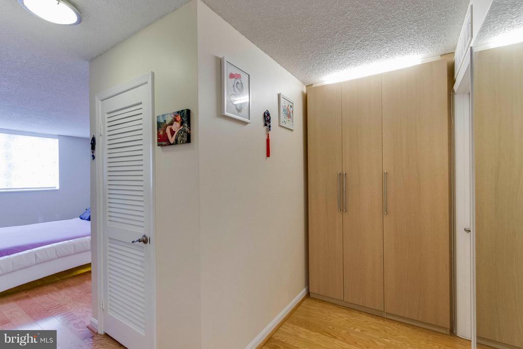 Custom wardrobe closet - 1101 ARLINGTON RIDGE RD S #411, ARLINGTON