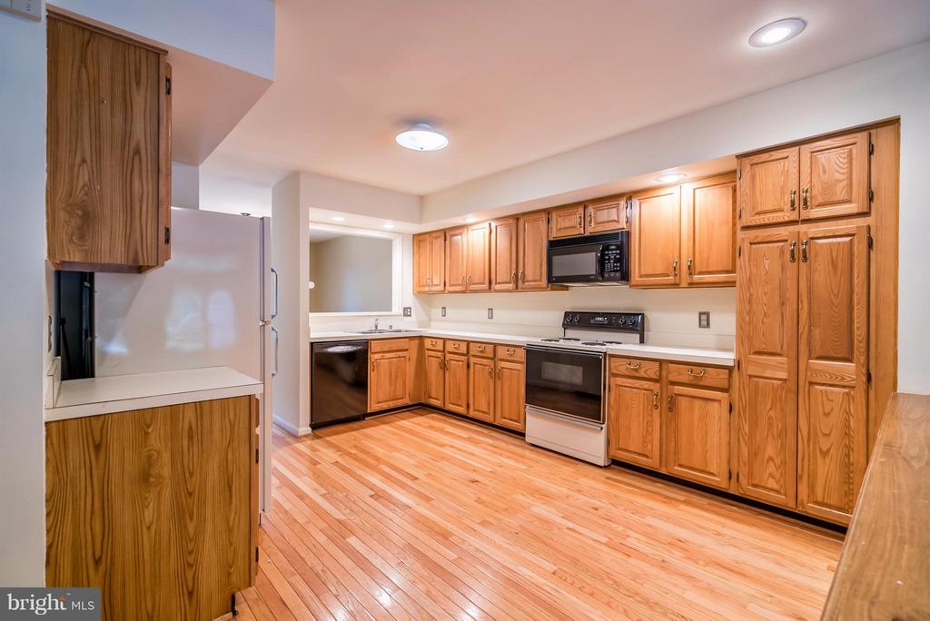 Large Kitchen with Plenty of Cabinets/Pantry! - 4021 LAKE GLEN RD, FAIRFAX