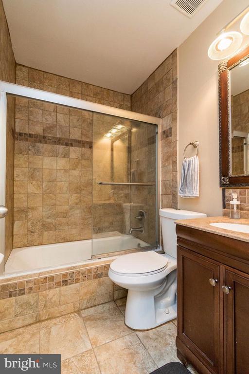 Another Beautiful Tile Bath - 14089 GERALDINE CT, WOODBRIDGE