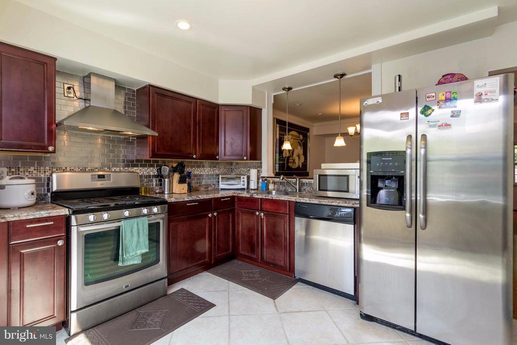 Tile floor and stainless appliances - 14089 GERALDINE CT, WOODBRIDGE