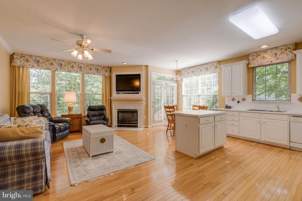 Kitchen open to family room and breakfast nook - 9745 CRAIGHILL DR, BRISTOW