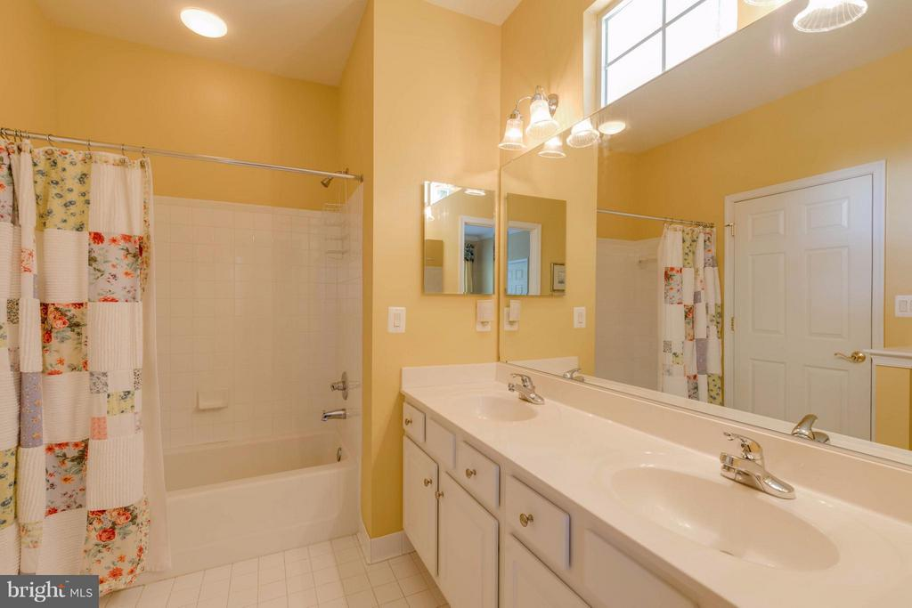 Bath connects to hall and second bedroom - 9745 CRAIGHILL DR, BRISTOW
