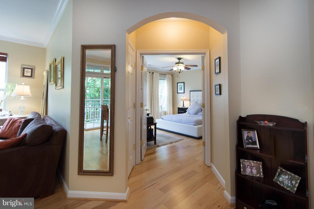 Master bedroom entrance - 5112 DONOVAN DR #203, ALEXANDRIA