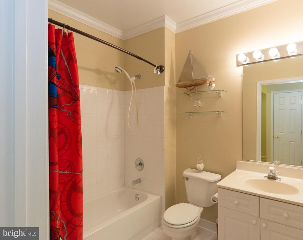 Second full bathroom - 5112 DONOVAN DR #203, ALEXANDRIA