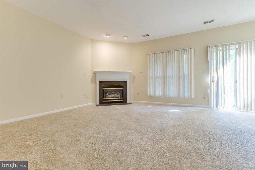 Family Room w/fp and fenced yard - 14702 BEAUMEADOW DR, CENTREVILLE