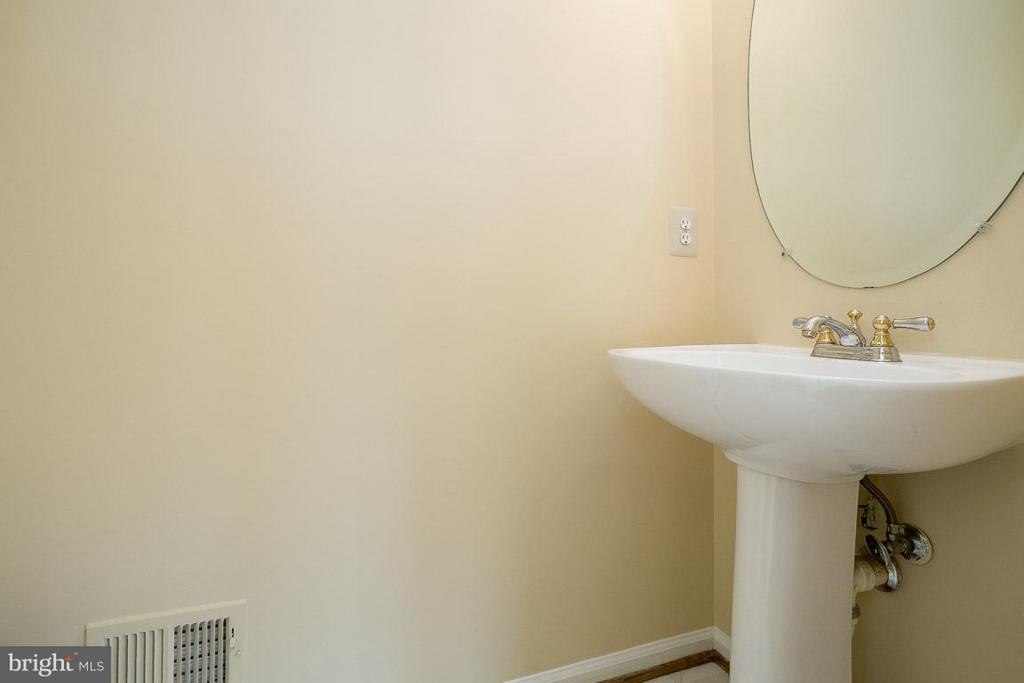 Powder Room off Family room - 14702 BEAUMEADOW DR, CENTREVILLE