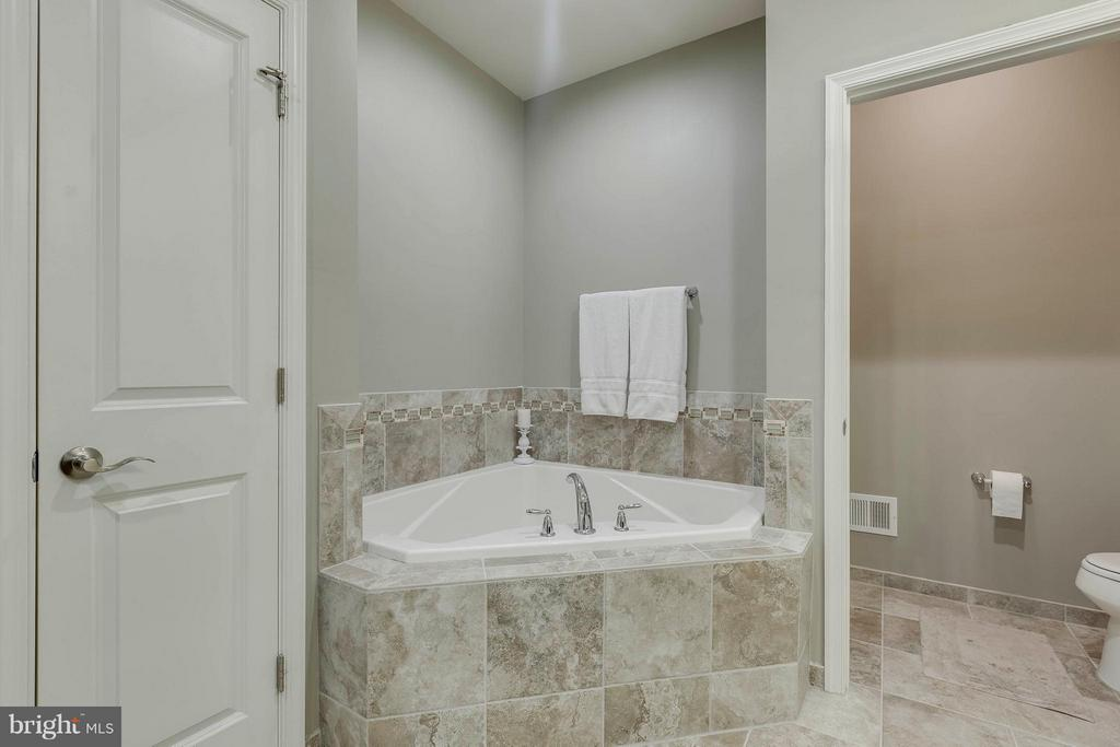 Garden soaking tub/water closet - 6927 COUNTRY CLUB TER, NEW MARKET