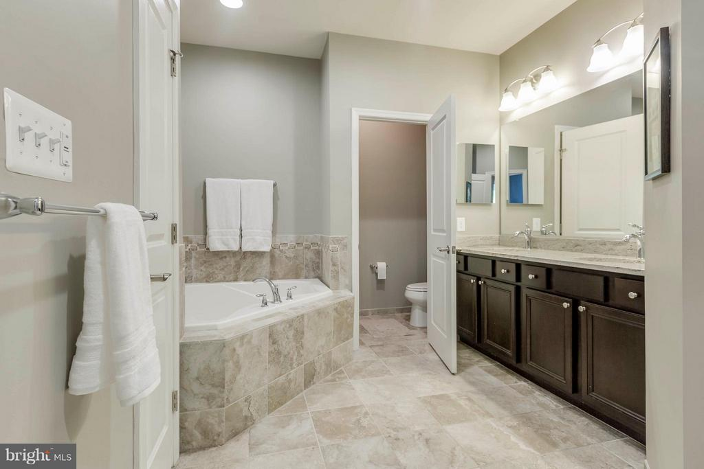 Spa-like and tranquil bath w dual vanities - 6927 COUNTRY CLUB TER, NEW MARKET