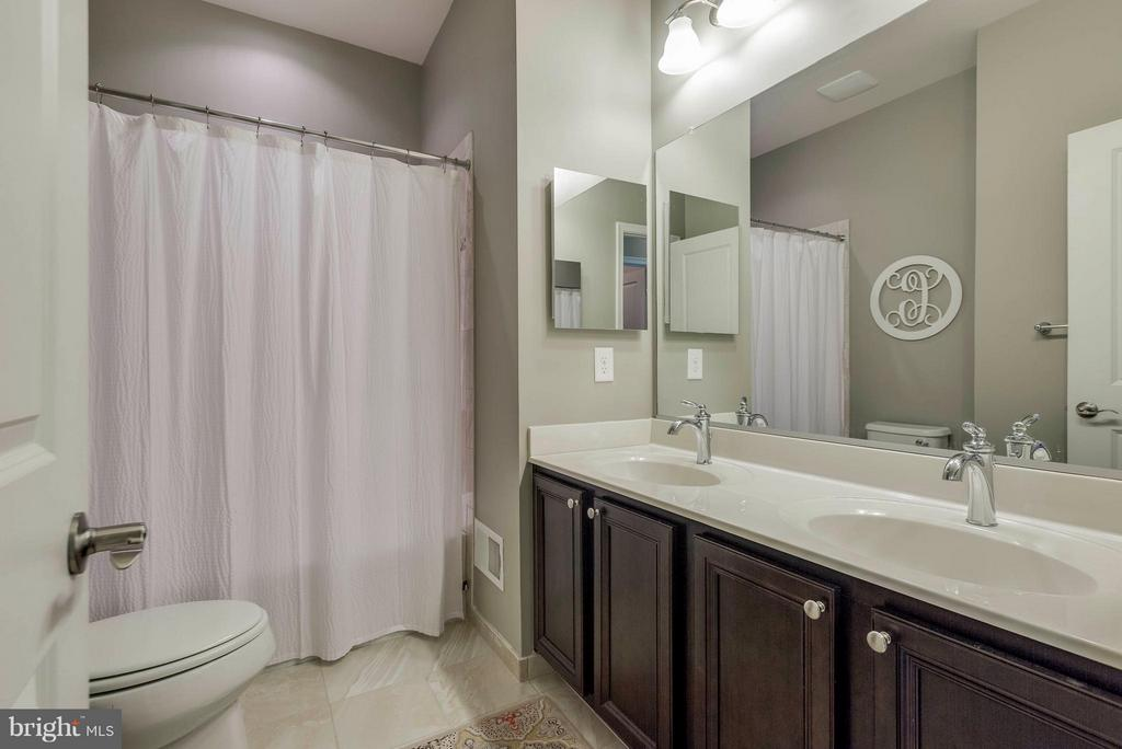 Hall bath with dual vanities - 6927 COUNTRY CLUB TER, NEW MARKET