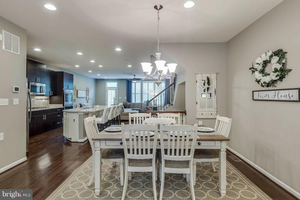 space to seat eight plus in dining area - 6927 COUNTRY CLUB TER, NEW MARKET