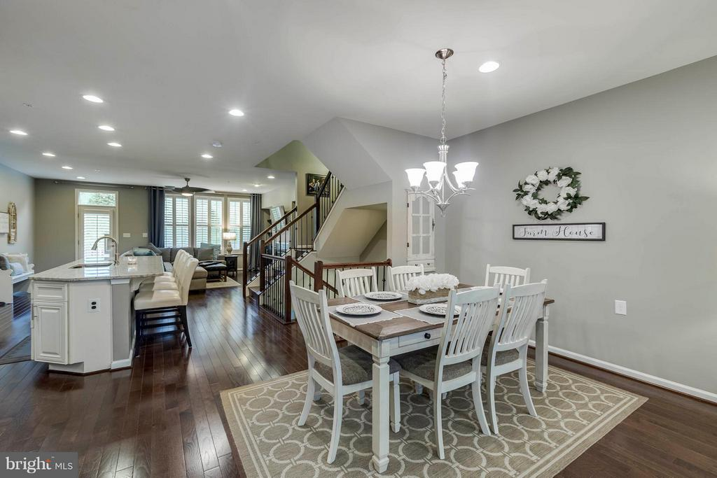 Open floorplan ideal for entertaining - 6927 COUNTRY CLUB TER, NEW MARKET