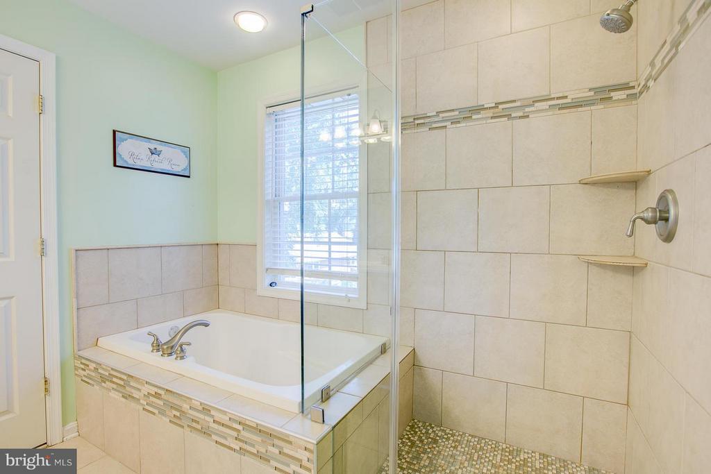 separate shower and soaking tub - 205 LEONARD RD, FREDERICKSBURG