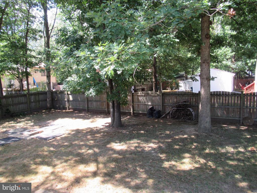 Great 6' Privacy Fence - 308 GALAXIE DR, FREDERICKSBURG