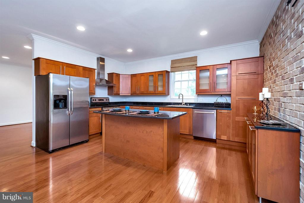 Spacious kitchen with many upgrades - 3116 LAKEVIEW PKWY, LOCUST GROVE