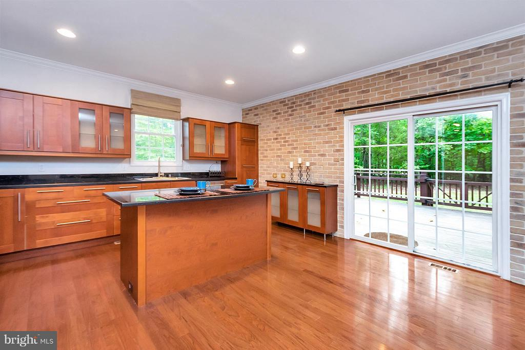 Granite countertops/beautiful brick facade wall - 3116 LAKEVIEW PKWY, LOCUST GROVE