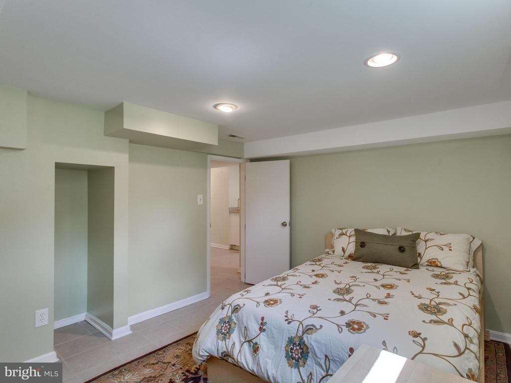 Lower level bonus room is perfect as a 5th bedroom - 3413 17TH ST S, ARLINGTON