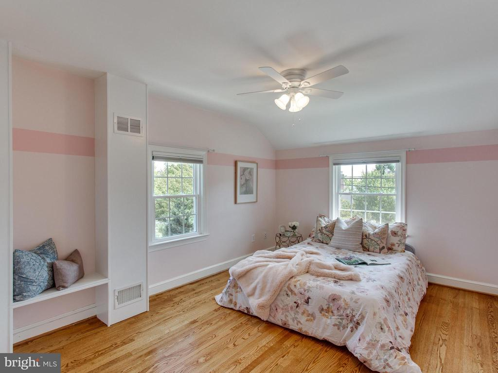 Lovely 3rd bedroom with storage nook + shelving - 3413 17TH ST S, ARLINGTON