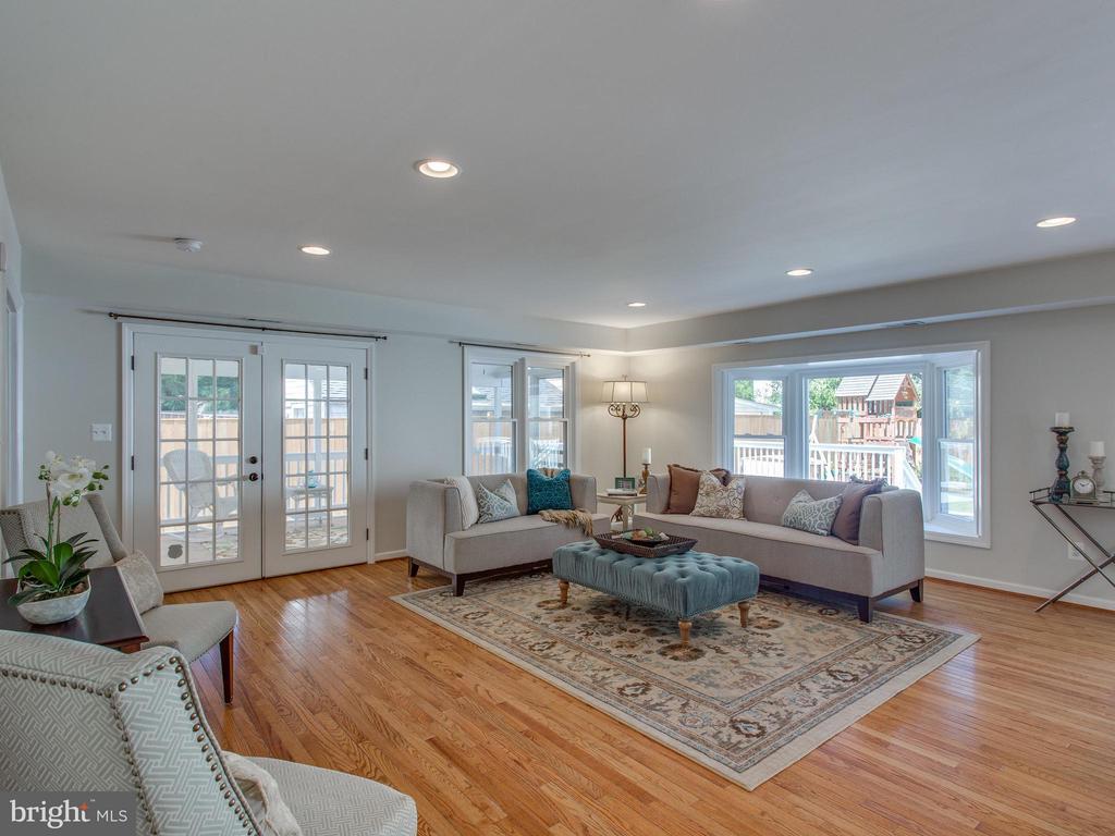 Gorgeous hardwood flrs + ample light w/ Bay window - 3413 17TH ST S, ARLINGTON