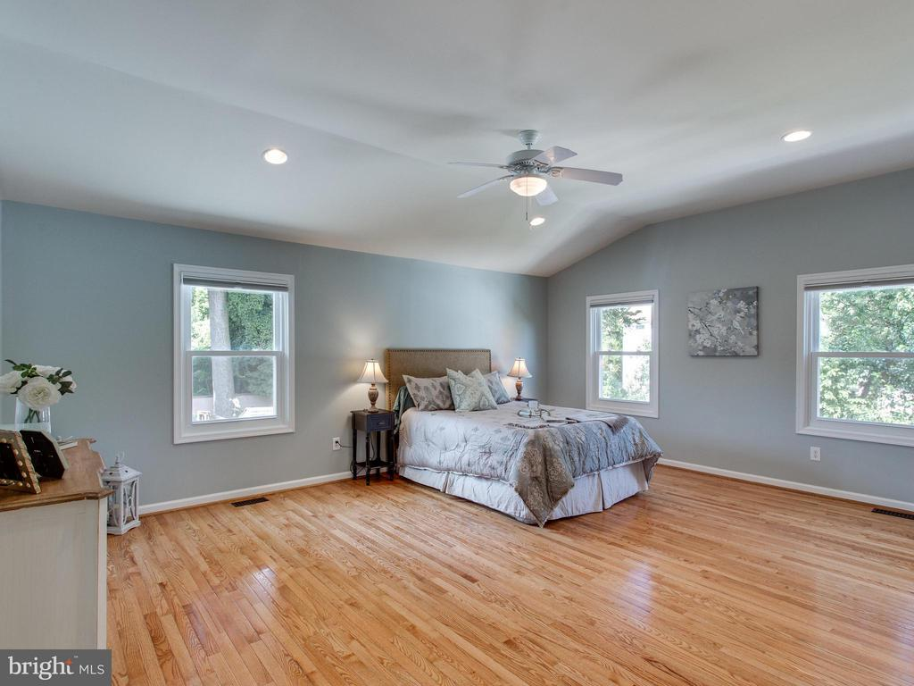 Magnificent master suite add. w. vaulted ceilings - 3413 17TH ST S, ARLINGTON