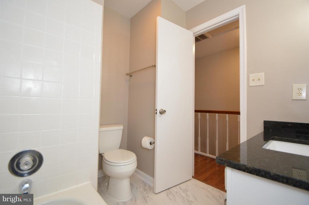 Upstairs Hall Bath - 5509 CHESHIRE MEADOWS WAY, FAIRFAX