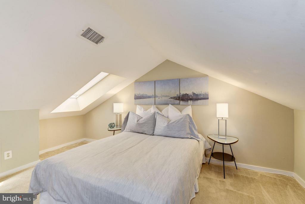 Queen Bed or Perfect for a Pull Out - 2729 ORDWAY ST NW #5, WASHINGTON